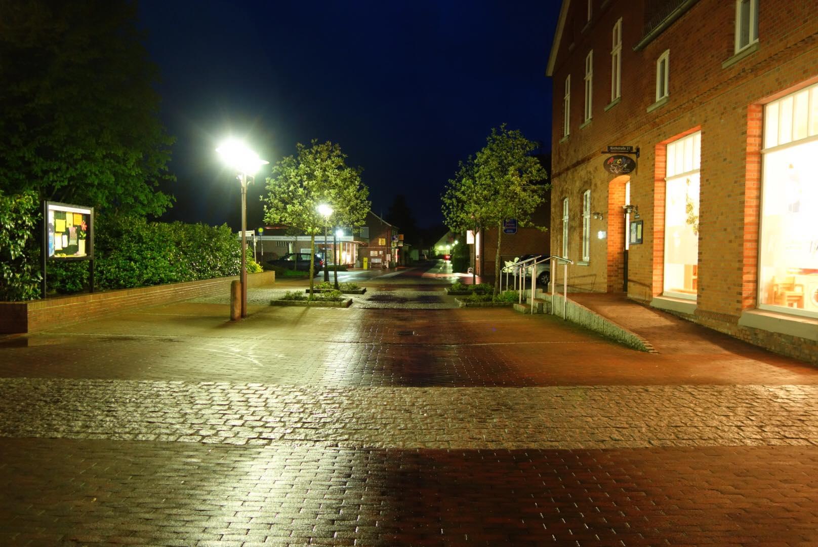 Die Kirchstraße bei Nacht.